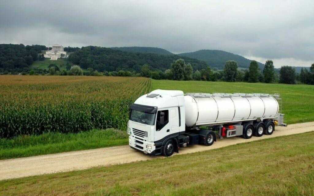 Weißer Tanklastwagen auf Feldweg